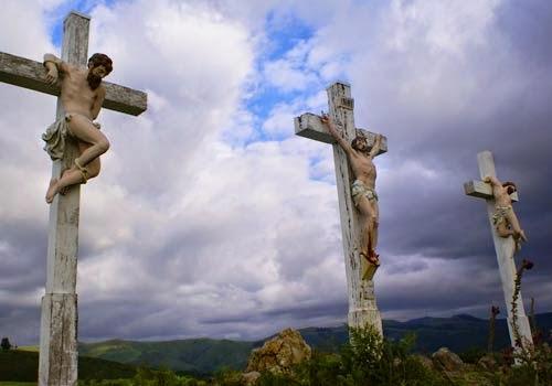 Jesus crusificado junto a dos más